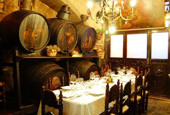 LOS CARACOLES, Barcelona - C'est en 1835 que la famille Borafull fonde l'un des restaurants les plus charismatiques de Barcelone, dans le célèbre quartier gothique, sous le nom de Can Borafull. Sa réputation bien méritée s'est propagée dans les quatre coins du monde, étant l'un des rendez-vous incontournable de tous ceux qui visitent la ville.