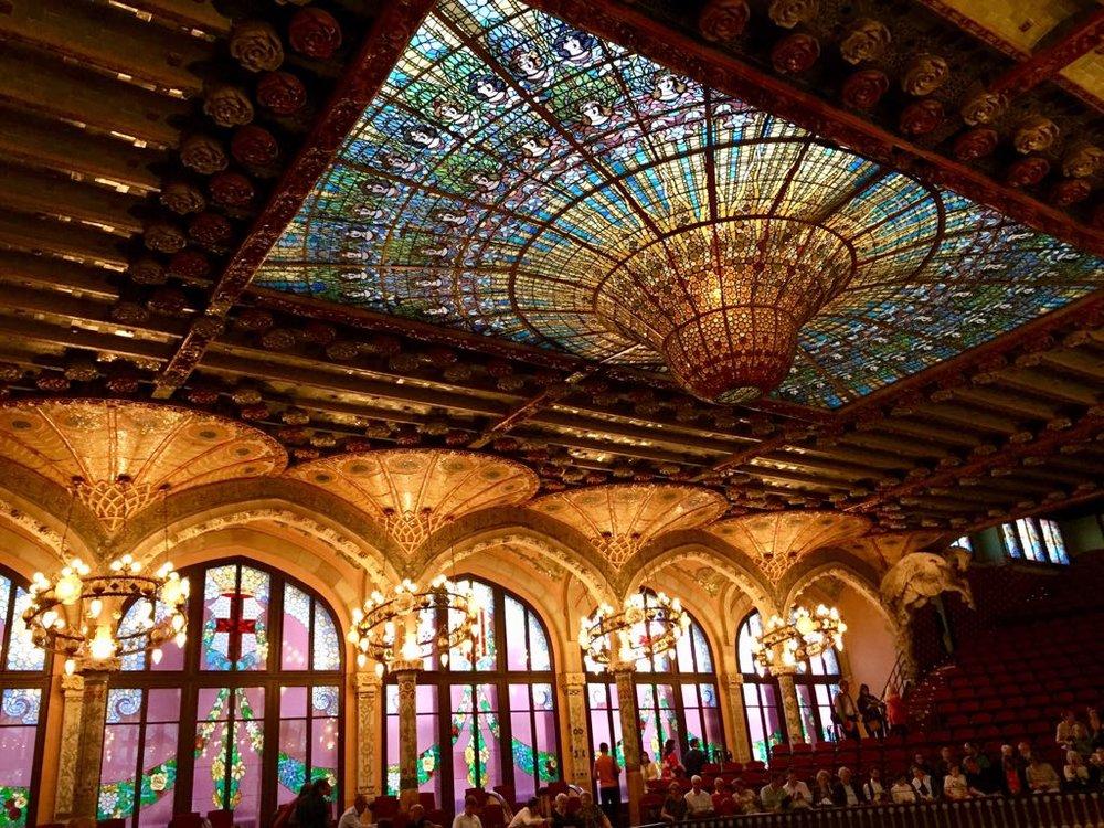 Palau de la Música, Barcelona - Le palais de la musique catalane est la seule salle de concerts inscrite au Patrimoine mondial de l'Humanité par l'UNESCO. C'est l'œuvre de Lluís Domènech i Montaner, l'un des principaux représentants du modernisme catalan et elle est située dans le quartier Saint-Pierre de Barcelone. Prix des visites guidées par personne : 22€. Gratuit pour les moins de 10 ans.