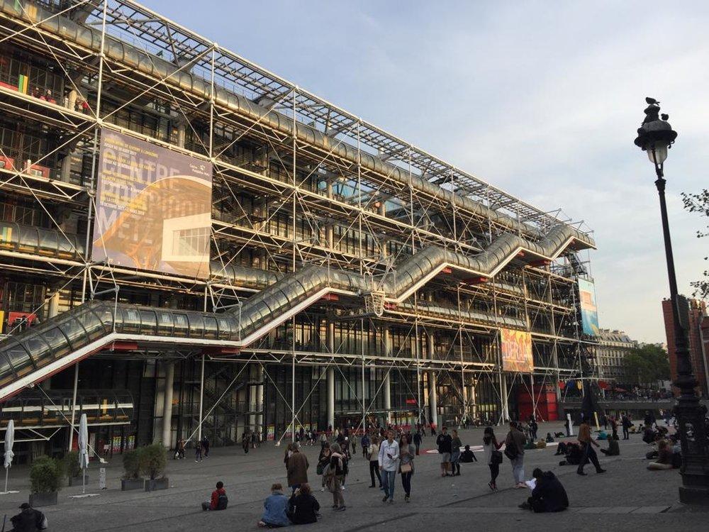 Le Centre Pompidou, Paris - Le Centre Pompidou est reconnaissable à ses escaliers mécaniques extérieurs et à ses énormes tuyaux colorés. Véritable merveille d'architecture du XXe siècle, il abrite le musée national d'Art moderne. Les œuvres d'artistes incontournables sont réparties chronologiquement, sur deux espaces : la période moderne de 1905 à 1960 (Matisse, Picasso, Dubuffet…) et la période contemporaine de 1960 à nos jours (Andy Warhol, Niki de Saint Phalle, Anish Kapoor…). En plus de ces collections permanentes, le musée propose de formidables expositions temporaires.