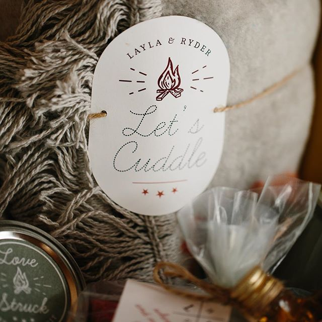 We are up north skiing for the weekend and this is the type of basket I need waiting for us when we get back! It is filled with all of the things that are perfect after a day full of skiing! . . Photography: @movemountainsco | Planning, Design & Welcome Basket: @cristenandcoevents | Venue: @topslfarm | Stationery: @thepaperperfectionist