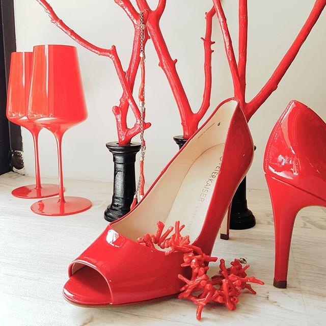 """RED ist HOT 💋💅👠 wir freuen uns heute Abend auf die tolle Einladung """"Good Evening Laos"""" mit Suzette  #suzetteoneofakindjewelry #sophienwaldglass #peterkaiser_since1838 #pumpshoes #peeptoes #red #designschmuck #koralle #munichevents #kultur #lifestyle"""