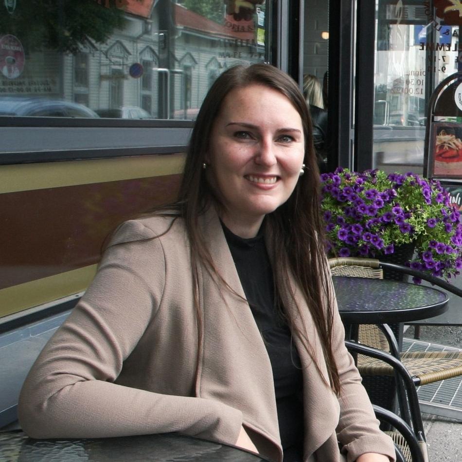 Karoliina Tanskanen - Toimitusjohtaja, vientikaupan asiantuntijaKaroliina on FM ja opiskellut venäjän kieltä, kauppatieteitä ja yhteiskuntapolitiikkaa Joensuun yliopistossa. Hänellä on vientikaupan kokemusta IVY-maihin työskentelystään Sandvikilla,sekä kokemusta vientikaupan asiantuntijatyöstä Venäjän markkinoille ISBE Oy:stä. Lisäksi hän on toiminut julkisella sektorilla ja tehnyt bioenergiaratkaisujen vienninedistämistyöstä useille eri markkinoille, kansainvälisten investointien aktivointityötä Mikkelin seudulle sekä vetänyt EU-rahoitteisia projekteja Mikkelin kehitysyhtiö Mikseillä. Karoliina on työskennellyt Williamin ja Pengin kanssa vuodesta 2014 alkaen ja aloitti Pohjolan Mustikan toimitusjohtajana 2017.