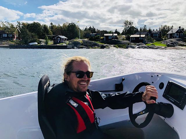 Stockholm-Rödlöga with a CRUISING speed of 65 knots over meter and a half waves in crazy winds. This was pretty special. Thanks @mrjohanaberg for letting me take your beast of a boat for a spin. (For you nerds out there we're talking a Nitra 29 with twin Evinrude E-TEC G2 300HP.) #nitra #nitraboats #nitra29 #evinrude #evinrudeg2