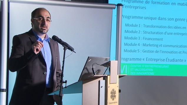 Hussein Ibrahim, directeur du Centre d'entrepreneuriat et de valorisation des innovations du cégep de Sept-Îles. Photo : Radio-Canada / Daniel Fontaine