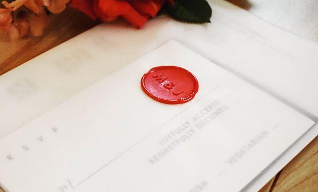 Loving the simplicity of this suite wrapped up in vellum. • • • • • • #realwedding #waxseal #vellum #classic #classicwedding #thatsdarling #initials #modernmonograms #modernbride #modernwedding #clean #simple #gardenrose #weddingstationery #custom #bespoke #crimson