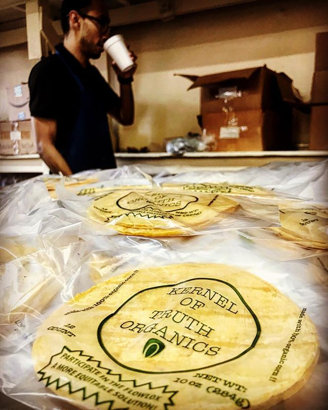 Talked #politics of #sustainability 7:30AM this #morning w/ Ricardo @kerneloftruthorganics and packaged tortilla 4-packs of #gold to hand out at this morning's farmers' market @thehfm 🌽🌽🌽 #platica #maíz #nixtamal #politica #local #tortillas #tortilla #organica #losangeles #eastlosangeles #eastlos #boyleheights #elmachete1924 #boyleheightschillisaucecompany #lovelaboralchemy