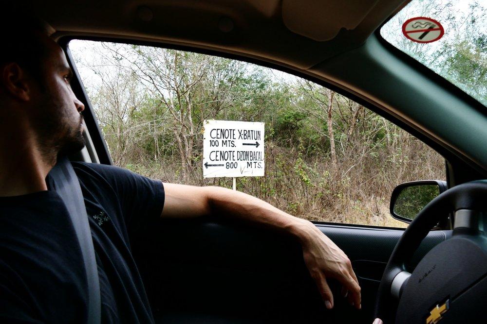 - Ce n'est pas sans peine que nous sommes arrivés au cenote X-Batun, un roadtrip sans se perdre ça ne serait pas drôle ! A notre décharge, il pleuvait assez fort ce matin là au départ de Mérida et il faut être attentif sur la route car un seul panneau indique de faire demi-tour aussitôt vers Muna/Uxmal et il ne faut pas le louper ! Ensuite, prenez à droite à Cacao et San Antonio sera finalement indiqué ! En réalité, deux cenotes se cachent dans ce petit village, mais le premier seulement nous a réellement marqué car il était encore complètement différent de ce que nous avions déjà pu voir !