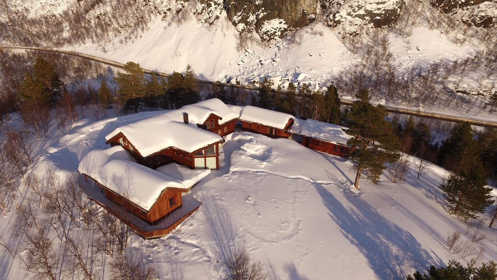 ALTEN LODGE - The Arctic Escape - The perfect accomondation between the fjord and the mountain, just 15 minutes from Alta. Do you need a tailormade package of accommodation and local activities? Send us an e-mail: contact@nordekspedisjon.no