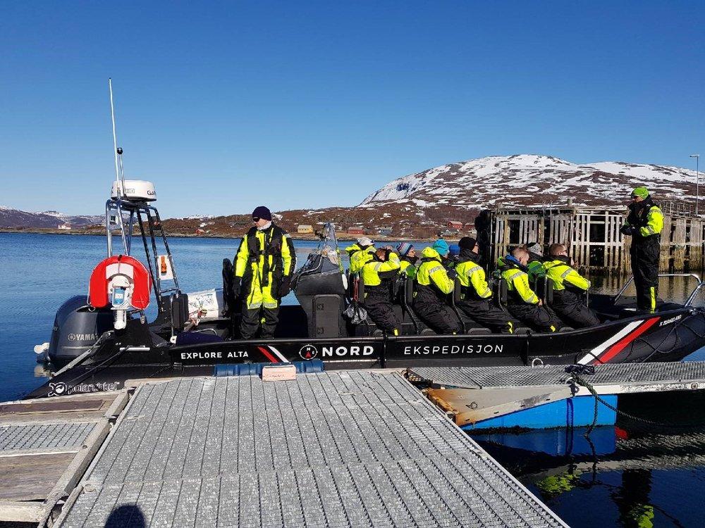 RIB TUR I YTRE ALTAFJORD - Bli med oss på en uforglemmelig RIB tur i ytre deler av Altafjorden. Opplev sjøsprøyt, fugle- og dyreliv samt få et innblikk i Alta's historie.