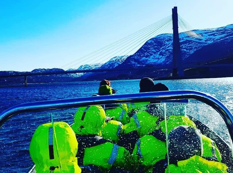 RIB TUR I INDRE ALTAFJORD - Bli med oss på en uforglemmelig RIB tur i indre deler av Altafjorden. Opplev Sjøsprøyt, fugle- og dyreliv samt få et innblikk i Alta's historie.