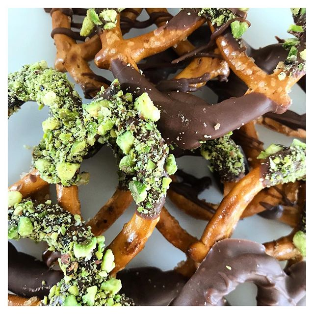 Always a Celebrate fan favourite: chocolate dipped mini pretzels topped with pistachios or coconut... 😍✨