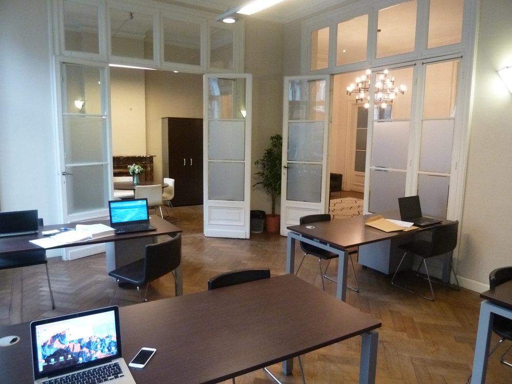 Flexibele mogelijkheden - Sofa's als je liever eens niet aan een bureau wilt werkenTafels waaraan je rechtstaand kan werkenGemeenschappelijke grote tafels