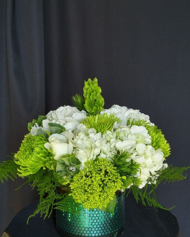 Love this piece!💕 so fresh and beautiful.  Floral centrepiece for any occasion. #spoilyourself #lavioletteflowers #hydrangea #bellsofireland #greenmums #iwantit