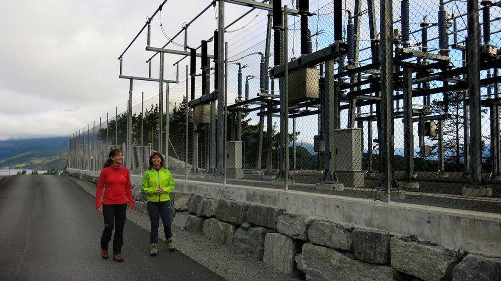For fylkesordførar Jenny Følling er Lunden kraftverk ei vakker pengemaskin ho gjerne vil ha fleire av. Fylkesmann Anne Karin Hamre snakkar om energisparing som eit godt alternativ.