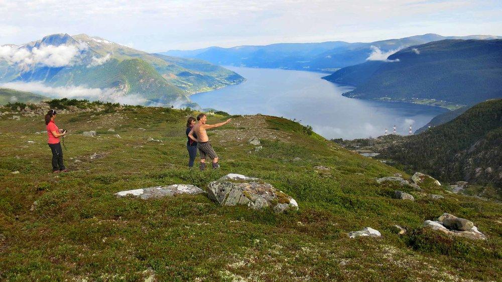 På eit platå får vi utsyn til Nordfjorden og bygdene rundt.