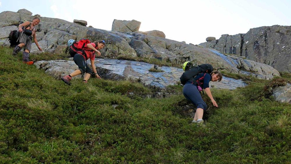 Anne Karin Hamre og Jenny Følling er to formsterke kvinner. Dei kliv lett over svaberg og skråningar før alvoret tek over i klatreveggen.