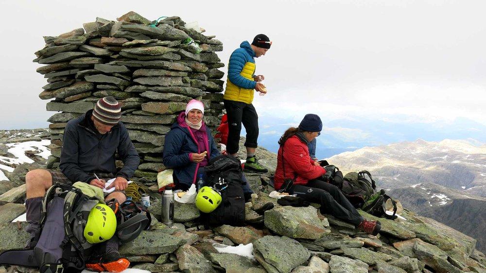 «Den mest spektakulære fjellturen vi har gått,» skriv Jenny Følling og Anne Karin Hamre i turboka på toppen.