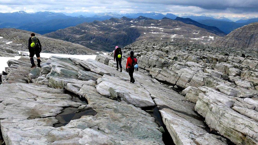 Heimturen er krydra med utsikt til det unike hyllelandskapet rundt Ålfotbreen.