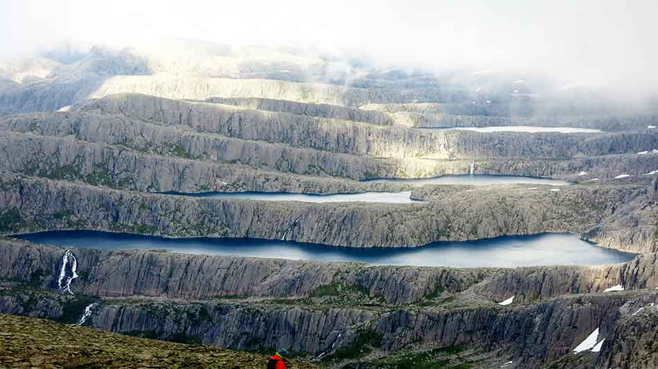 Hyllelandskapet rundt Ålfotbreen finst det ikkje maken til i verda. Aust for fjelltoppen Hjelmen ligg naturens eige amfiteater.