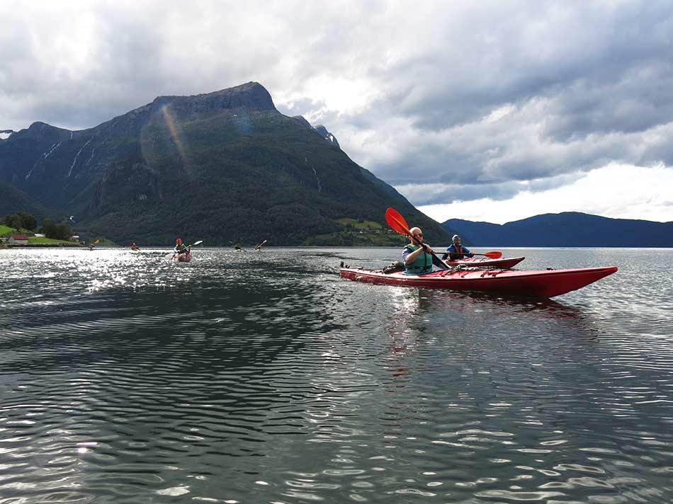 FINALE:  Storturen over Ålfotbreen og Gjegnalundsbreen blir avslutta med kajakkpadling under fjellet Hyeneshesten tilbake til Vereide og Sandane.