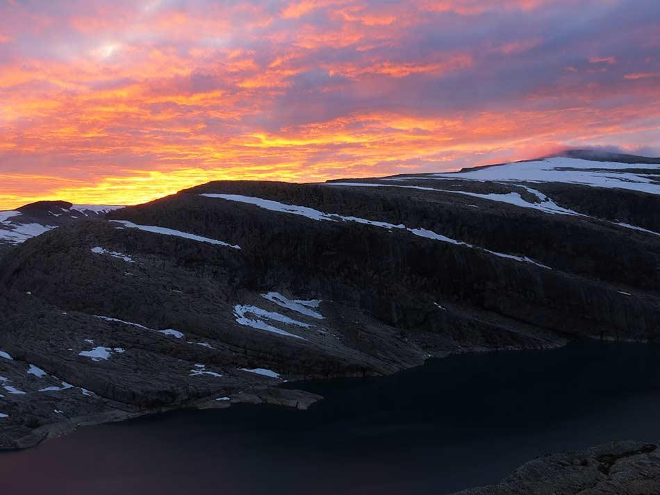DIAMANTEN:  Kveldslyset over Gjegnen forvandlar fjelltoppen til ein «diamant» i skoddeheimen.