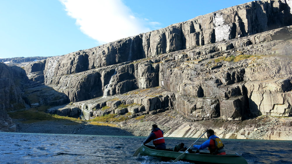 MOTVIND:  Tredagarsturen startar på Bjørndalsvatnet under hyllene på Bukkenibba. Knut Hjermann og Vegard Fagerli må ta skippertak i motvinden innover vatnet.
