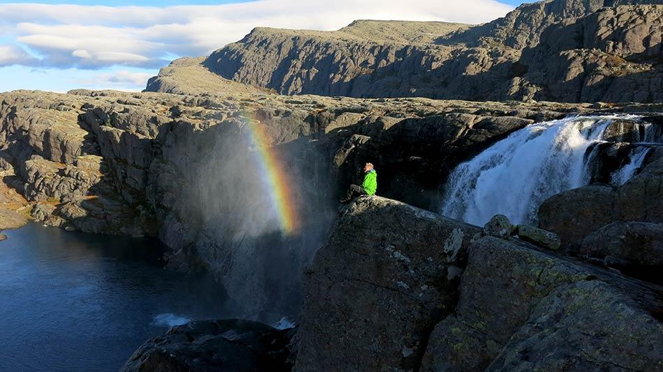 REINT EVENTYR:  Fossen ut frå Nedre Bredvatnet fangar regnbogen i morgonlyset.