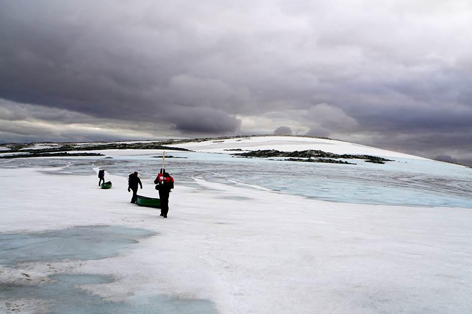 GLATT:  Forseringa over blåisen minner om pingvinar på land.
