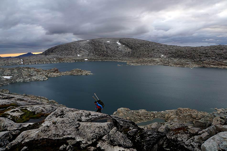 BLÅBREVATNET:  Vegard Fagerli leitar etter nedstigning til Blåbrevatnet. Her går aldri folk i sommarhalvåret.