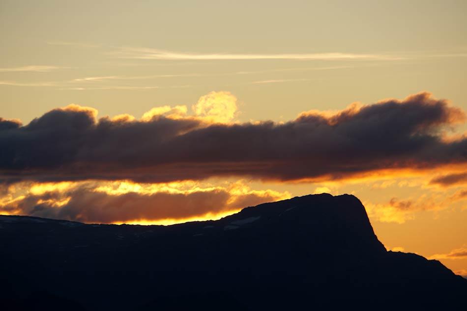 HAUKÅBØRA:  Kveldssola stikk bak Haukåbøra i vest. Det blir svarte natta før vi når Blåbrebu.