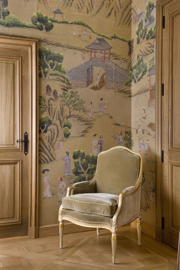 Hampton court in standard design colours on stone ochre India tea paper, de Gournay – price available on request. Photo: Eric Roth