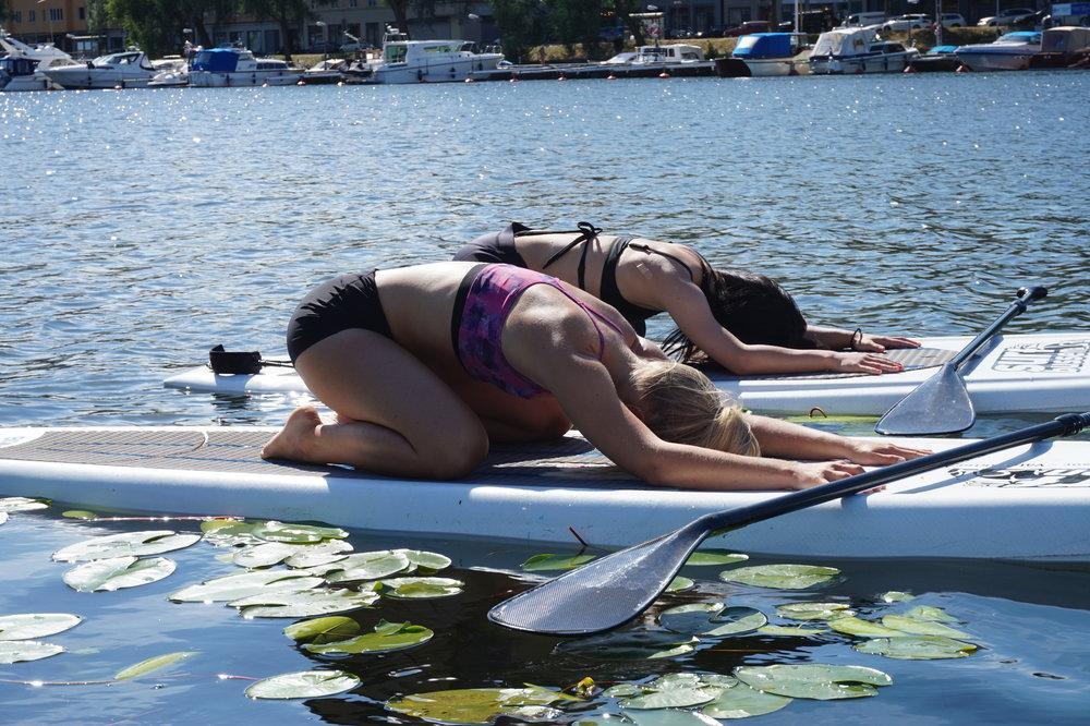 SUP-Yoga vid Surfbussen i Stockholm