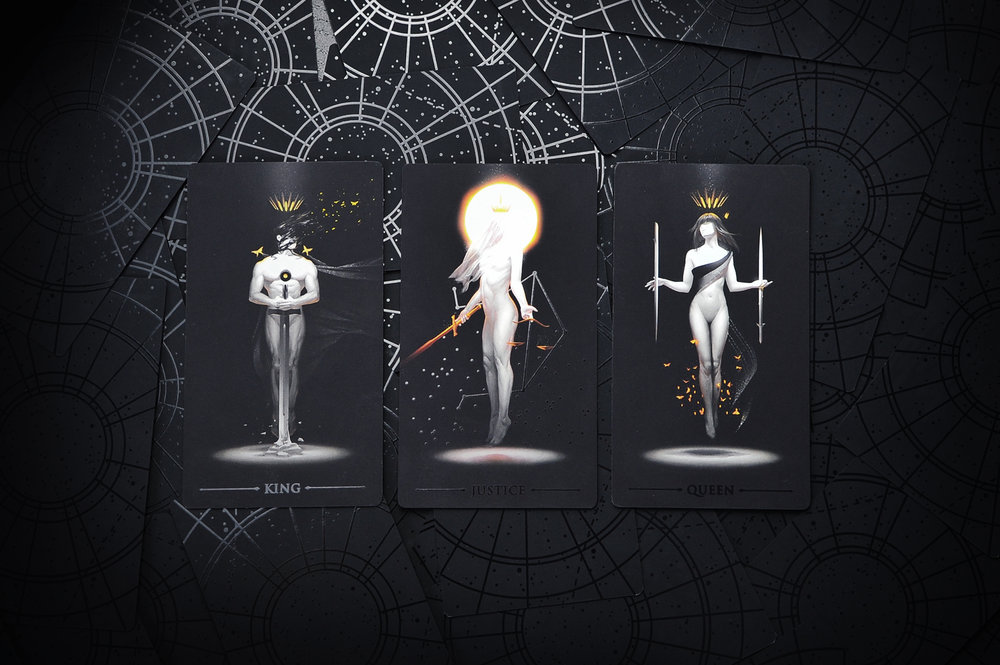 DEVILIN THEDETAILS - Every card back features a gloss-on-matte starmap,and every card title is detailed in a glossy finish.All 22 Major Arcana cards feature an individual anddistinctive additional gloss design all its own.