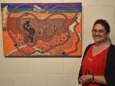 Llewellyn Swallow with Salute to Gai-I, winner of the CQU Creates Indigenous Art Award for 2018.  Photo courtesy CQUniversity Australia.