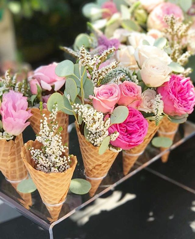 Nothing like a sweet treat from @palmsandpetals on a hot summer day🍦🌸 @beijosevents  #palmsandpetals #ocflorist #oc #flowers #florist #icecream #flowercones #yummy #birthdayflowers #birthdayparty #events #weddings #roses #details