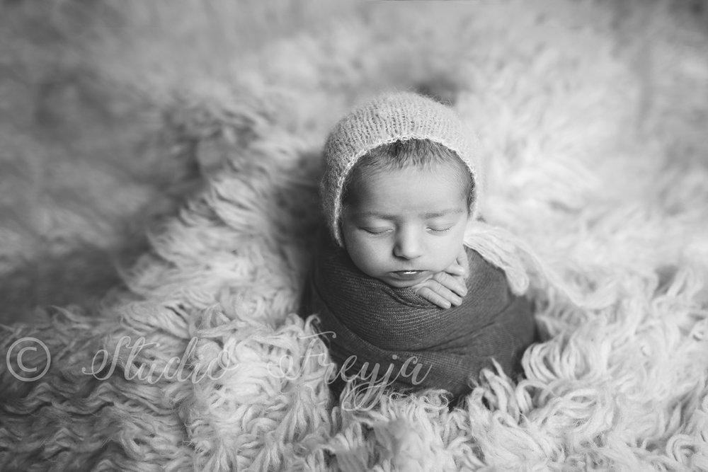 Black and WhiteSan Diego Newborn Pictureof baby girl by Studio Freyja