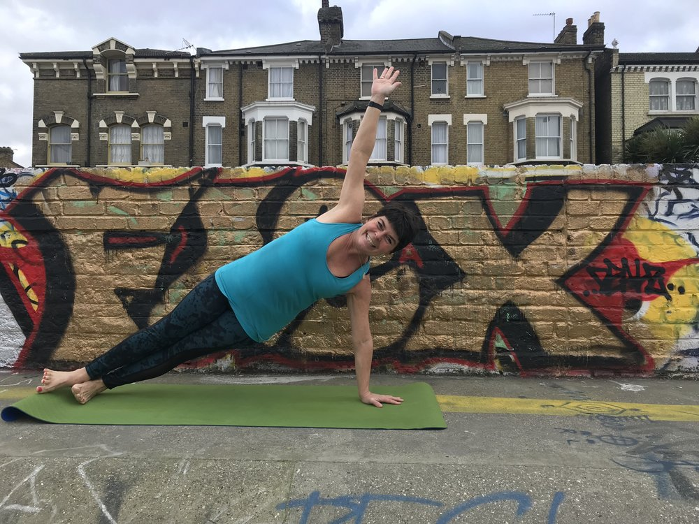 Side plank to build strength in the core and the arms!