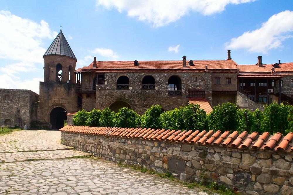 Стена и ворота - Алавердский монастырь окружает высокая стена. Такие стены сохранились только в Алаверди и Светицховели.