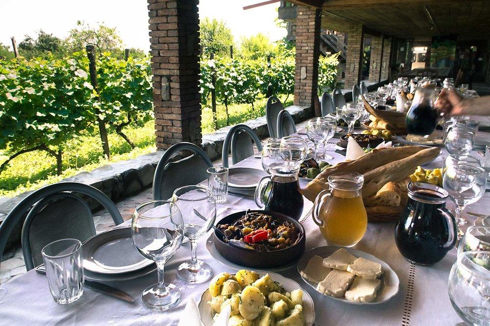 Завтраки и обеды/ужины включены - Наши туры включают в себя завтраки и разные тематические обеды/ужины с представлениями,музыкой и танцами.