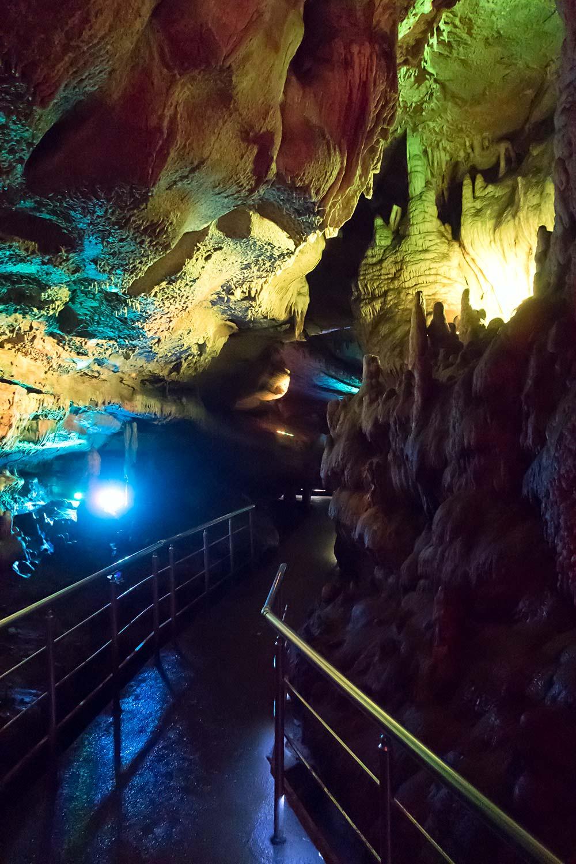 Внутри пещеры - В пещере предусмотрена красочная подсветка.