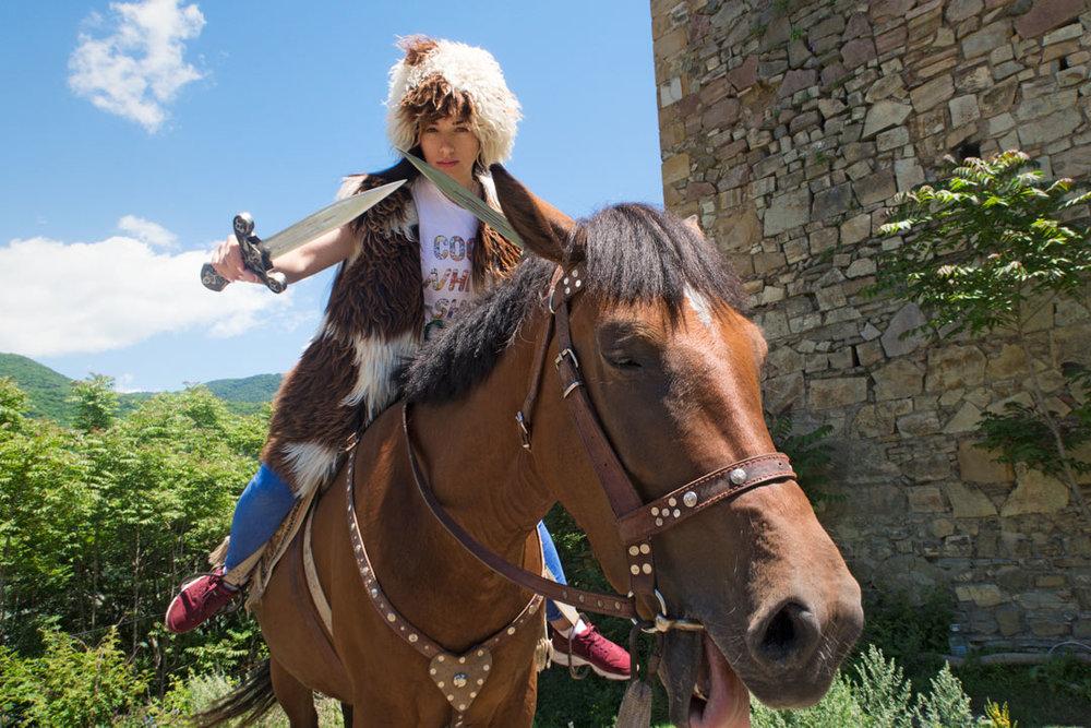 Фото на память - У крепости Ананури вы можете сделать забавные фото и побыть в образе настоящего Грузина!