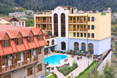 Borjomi Palace 4* - Потрясающийотель 4*, расположенный вценте городаБоржоми всего в 800 метрах от Парка Минеральных Вод. Отель располагает164-мя комфортабельныминомерами, начиная отстандартных одноместных и заканчивая президентским.