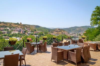 Old Tbilisi 4* - Отель расположен в историческом центреТбилиси на берегу реки Мтквари. Из отеля открывается великолепный вид на горы и крепость Нарикала. Вбаре-ресторане Tbilisi Lounge подают разнообразные блюда грузинской и европейской кухни. Гости могут отведать кушанья и напитки на террасе с видом на городские крыши.