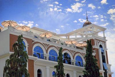Batumi World Palace 4* - Batumi World Palace находится в исторической части города Батуми,в 100 метрах от Батумского порта.До пляжа можно дойти всего за 4 минуты. Чистые комфортные номера.Вресторане с панорамным видомна Батуми и Черное море подают блюда европейской и грузинской кухни, а также представлен широкий ассортимент грузинских вин.