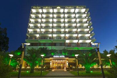 Dreamland Oasis Hotel - Потрясающий отель премиум классав курортном поселке Чакви, расположенный всего в 2-х минутах ходьбы от частного пляжа. К услугам гостей 2 бассейна и ресторан традиционной кухни. Во всех номерах имеется балкон. Расстояние до Батуми и Кобулети — около 20 минут на машине.