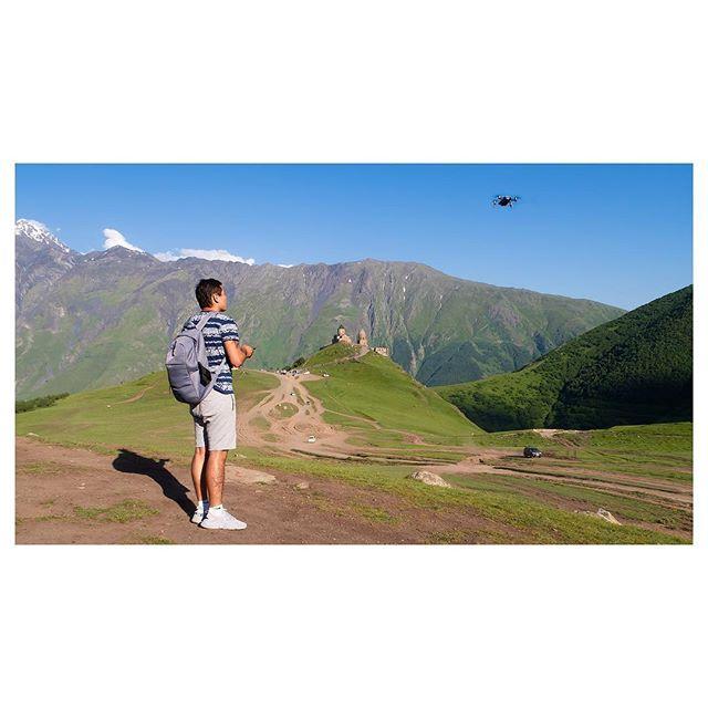 ••• 🌪ВЕТЕР ИЛИ ДРОН🌪 • • • Высокогорные съемки грузинских красот не так уж просты ! Дрон просто нещадно может сносить ветром! Перед такими вылазками, прогуглите погоду! 🙏🏻❤️🙏🏻 Хотя в горах здесь она очень переменчива. • • • #турывгрузию2018 #экскурсиигрузия #турвгоры #надоеларабота #надоелаучеба #хочувотпуск✈️ #toursingeorgia #tripstogeorgia #mavicairdrone #gergetitrinitychurch #gettingfit #
