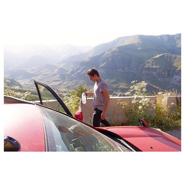 """••• 🚘АРЕНДА АВТО В ГРУЗИИ🚘 • • • Нам тут на днях поступил вопрос в Директ об аренде автомобилей в Грузии, и я решила создать на эту тему пост, так как думаю многим такая информация будет актуальна! • ☝️Арендовать автомобиль в Грузии довольно легко. Аренду можно найти, гуляя по улочкам старого Тбилист: в исторической части города стоит множество машин с табличкой """"Car Rental"""" и грузинскими телефонами арендодателей, на которые можно 📞позвонить или 📱написать по мессенджерам. Аренду автомобилей также можно найти в офисах турагентств или пробить в Facebook - грузины пользуются именно этой соцсетью для рекламы своих товаров и услуг. • Для успешной аренды автомобиля вам необходимо будет подписать контракт с арендодателем на грузинском и/или английском. ☝️При себе необходимо иметь загранпаспорт и водительские права. • Аренда автомобиля обойдётся вам примерно 70 – 120 лари (около $30-$50) за один день. ⛔️Также при оформлении аренды необходимо будет оставить залог в размере $100. • При выборе автомобиля учитывайте маршрут: в Грузии к некоторым достопримечательностям ведут довольно сложные дороги и всяческие горные серпантины, поэтому не каждая машина сможет туда пройти. • Бензин в Грузии недешевый, в отличие от еды, 😅😅 и местами даже дороже, чем в РФ. Поэтому с точки зрения экономии по Грузии лучше всего ездить не на арендованной машине, а на личном транспорте или с туроператорами в готовые туры и экскурсии, при которых стоимость передвижения разделяется на всех участников и не нужно оплачивать саму аренду. • Мы можем помочь вам с арендой автомобиля и дать контакты на проверенных нами арендодателей! Пишите в Директ. • За вопрос спасибо @vazhnyjznakomyj • • • #арендаавтогрузия #арендаавтомобиля #автогрузия #визавгрузию2018 #прокатавтомобиля #прокатавтогрузия #грузиямашинавпрокат #грузиявсевключено #турывсевключено #машинаваренду #машинаварендуспб #машинаварендунапхукете #машинаварендуекб #автоварендумосква #автоваренду"""