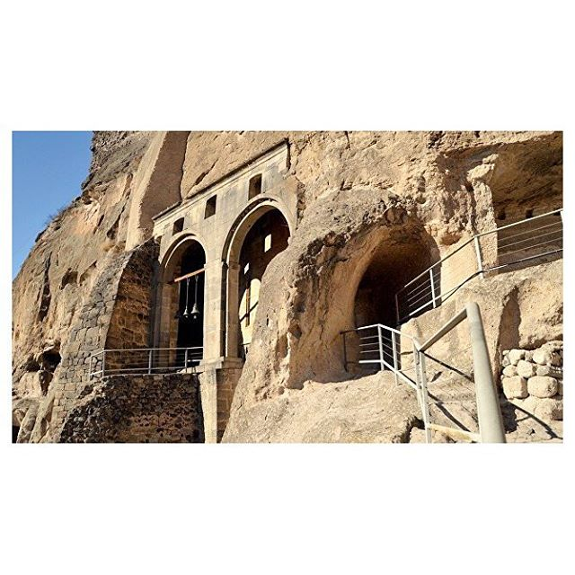 ••• 👌🗻ПЕЩЕРНЫЙ ХРАМ🗻👌 • • • В предыдущем посте я обещала рассказать вам про главный храм пещерного города Вардзиа! 🙇🏻♀️🙇🏻♀️ Итак! Храм успения Богородицы - это, можно сказать, центр всей Вардзии и хронологически то место, откуда началось ее создание. 🛠 • 👀На фото - арки притвора храма, сам же храм находится в глубине скалы и представляет собой большой зал со стенами, выложенными из камня, и с закруглением в восточной части, вырубленным прямо в скале. • Самое ценное в храме - это его фрески, относящиеся к 1184 и 1185 годам, среди которых есть и изображения создателей Вардзии 👑 царя Георгия III и 👑 царицы Тамары. Только вдумайтесь, что эти фрески ждут вас в храме с 12 века! 😀 • • • Для брони мест на экскурсию в Вардзию пишите в Директ или в комментариях! Ваша Кристидзе! ❤️❤️❤️ #вардзиапещеры #храмыгрузии #турывгрузию2018 #пещеры #пещерыгрузии #недорогиетуры #оаэ2018 #турция2018 #грузия2018 #городвскале