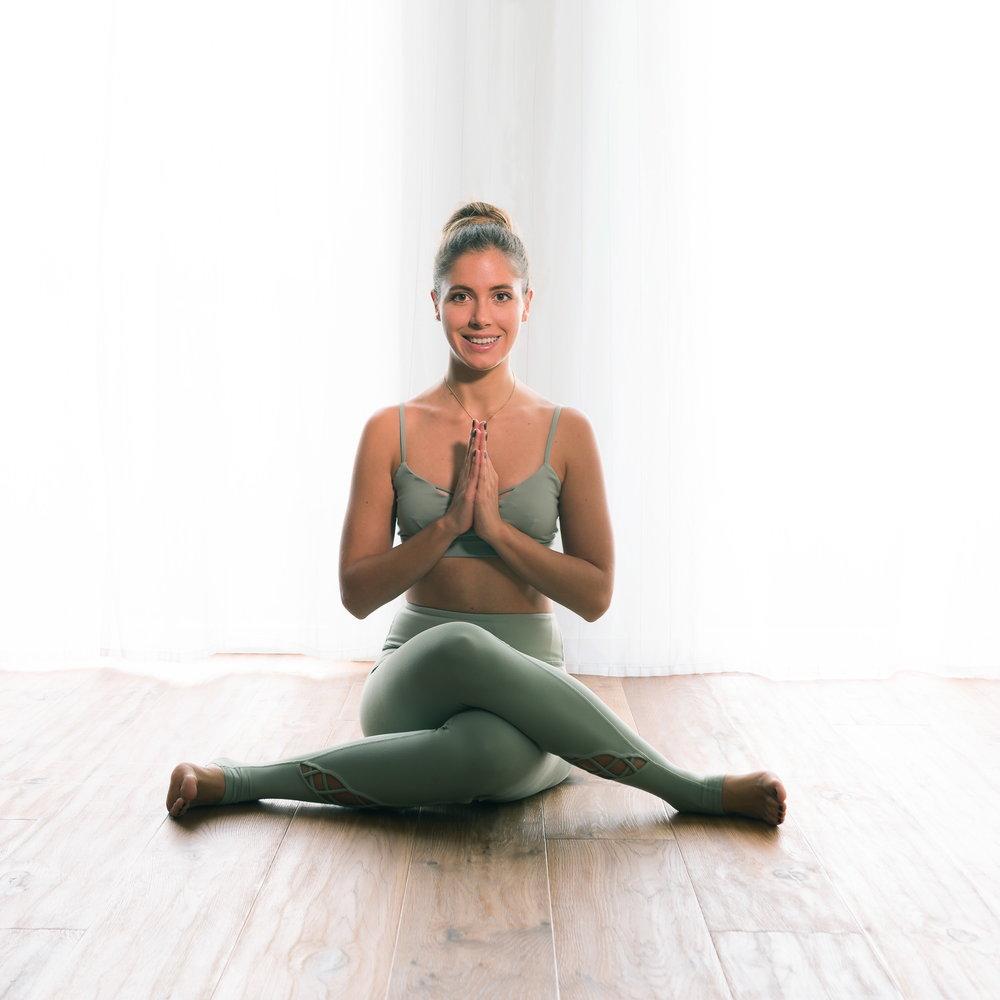 YOGA STUNDE: ONLINE BUCHUNG - VINYASA YOGA (ALL LEVELS WELCOME)Vinyasa oder Vinyasa Flow Yoga ist ein dynamischer Yogastil. Die Besonderheit des Vinyasa und der Grund, weshalb es auch Flow genannt wird, ist dabei, dass Atmung und Bewegung bewusst verknüpft werden: Der Fokus liegt auf der präzisen Ausführung verschiedener Positionen und dem beständigen Wechsel von einer in die nächste Position.