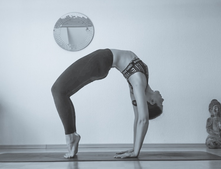 vinyasa YOGA (All levels) - Vinyasa oder Vinyasa Flow Yoga ist ein dynamischer Yogastil.Die Besonderheit des Vinyasa und der Grund, weshalb es auch Flow genannt wird, ist dabei, dass Atmung und Bewegung bewusst verknüpft werden: Der Fokus liegt auf der präzisen Ausführung verschiedener Positionen und dem beständigen Wechsel von einer in die nächste Position.